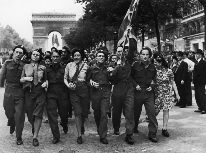Célébration dans les rues de Paris le 8 mai 1945. Photo Serge de Sazo. Gamma-Rapho via Getty Images