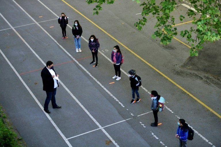 Dans la cour de récréation de l'école Petri de Dortmund, en Allemagne, le 7 mai 2020, pour la reprise des cours après plusieurs semaines de fermeture. (AFP/Ina FASSBENDER)