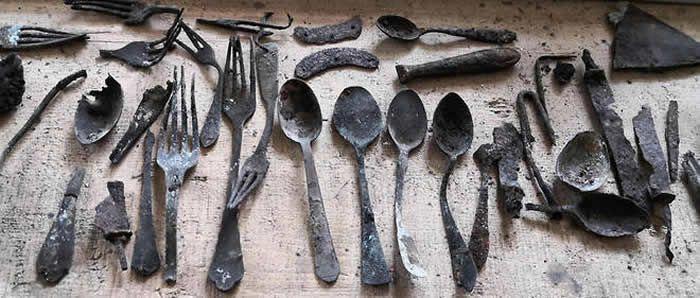 Ces objets avaient été dissimulés par les déportés et prisonniers du camp d'Auschwitz. STR / Nationalfonds/Kaczmarczyk/Marsza / AFP