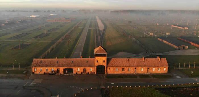 AFP / Pablo GONZALEZ Une photo aérienne de l'ancien camp de concentration d'Auschwitz en Pologne, le 15 décembre 2019.