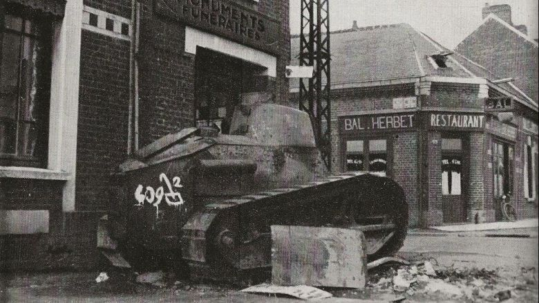 Un char français détruit route d'Albert (aujourd'hui avenue de la Défense Passive). / Collection personnelle Jean-Paul Delance