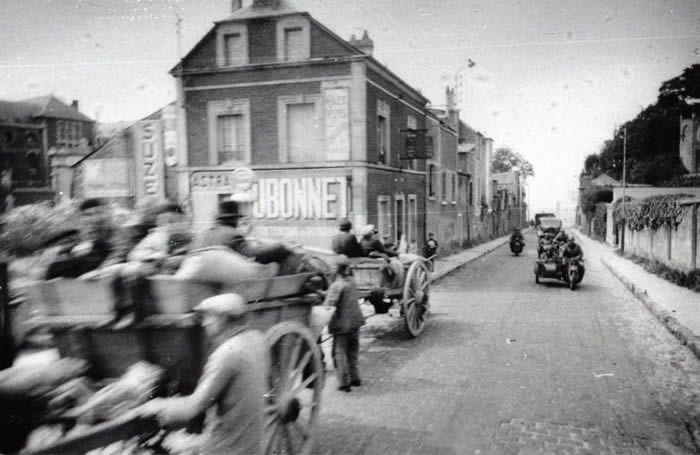 L'escorte conduisant Hitler à travers le Nord et le Pas-de-Calais ce 2 juin 1940. / Heinrich Hoffmann / Document conservé par Les Amis de Bouchain et de son musée