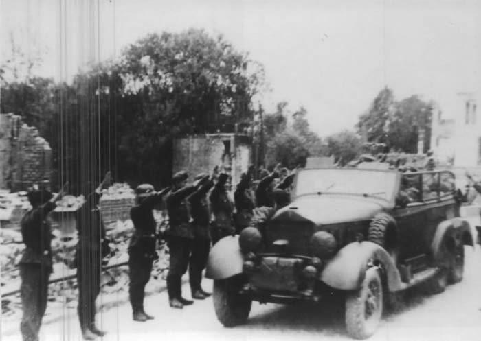 Le véhicule d'Hitler franchissant l'Escaut, à Bouchain, le 2 juin 1940, sur un pont provisoire. / Heinrich Hoffmann / Document conservé par Les Amis de Bouchain et de son musée