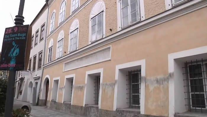 La bâtisse de 800 mètres carrés dans laquelle Hitler a passé son enfance est située dans le centre de Braunau-am-Inn, à la frontière allemande, (capture d'écran).  YouTube/ODN