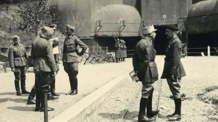 Ouvrage du Kobenbusch, fin juin ou début juillet 1940, des officiers français discutent entre eux, sous le regard de soldats allemands - LMCE