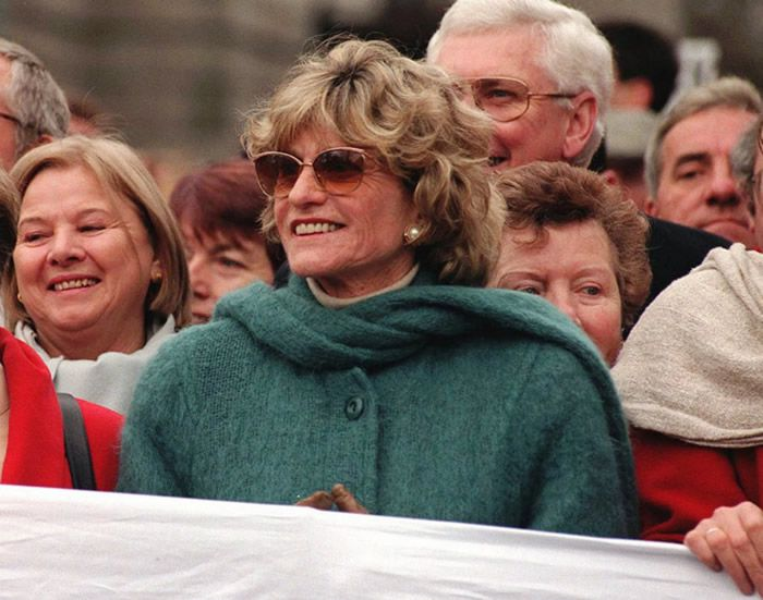 Ms. Smith at a peace rally in Dublin in 1996, when she was the U.S. ambassador to Ireland.Credit...Maxwells/Associated Press