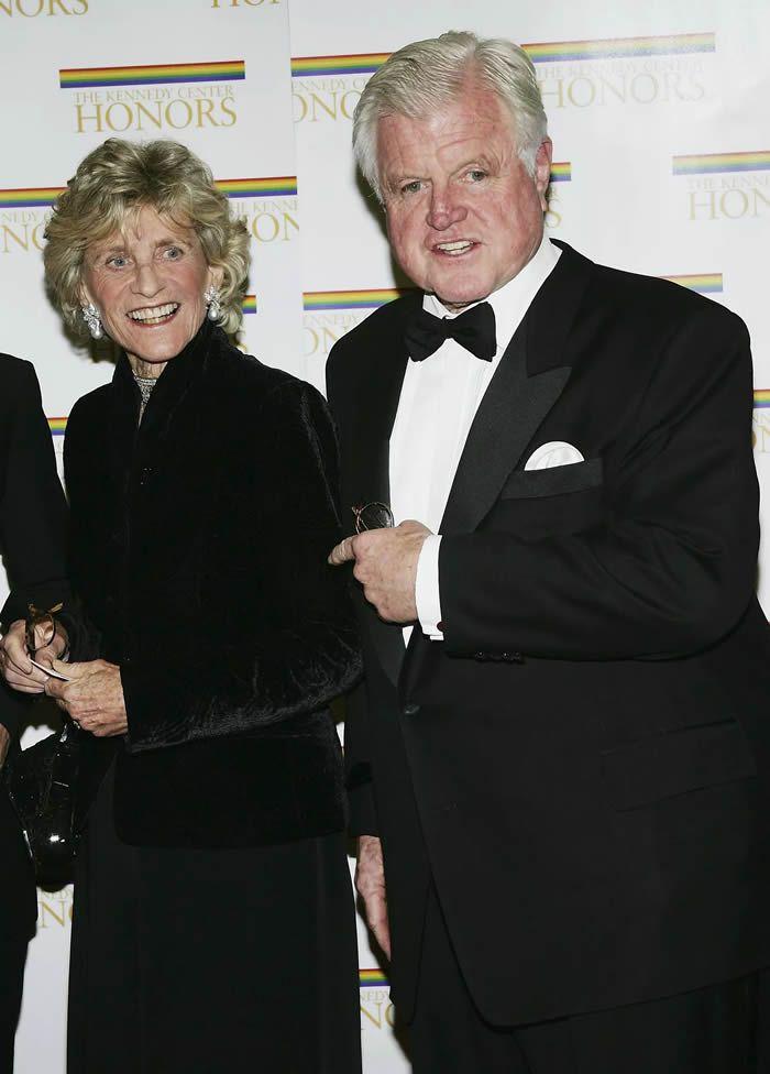 Jean et son frère Edward Kennedy assistent à la 27e édition du Kennedy Center Honors. (Washington, le 4 décembre 2004.) AFP Forum