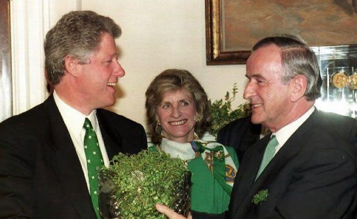 Jean Kennedy Smith entre Bill Clinton et le Premier ministre irlandais d'alors, Albert Reynolds. (Photo AFP)