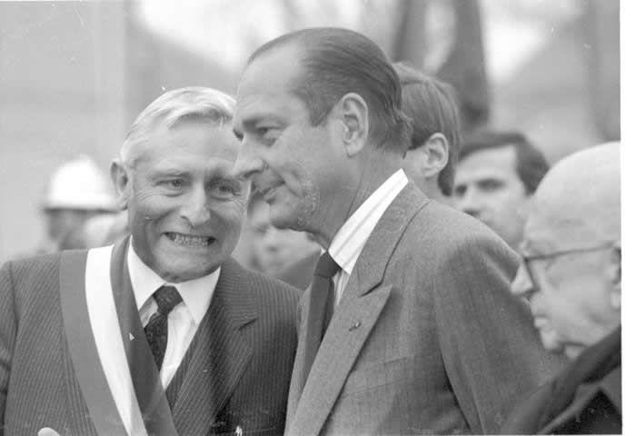Automne 1986, Louis Souvet réçoit le Premier ministre Jacques Chirac dans sa mairie d'Exincourt.  Archives LeTrois.info