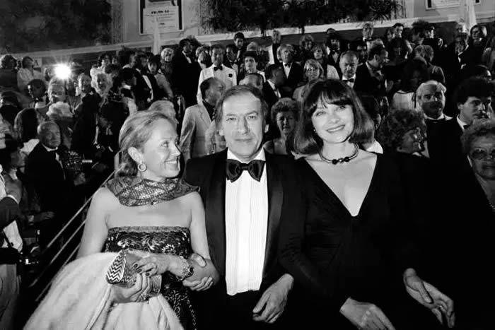 Roger Borniche au Festival de Cannes, le 20 mai 1982, entouré de sa femme (à gauche) et de l'actrice Macha Méril. RALPH GATTI / AFP