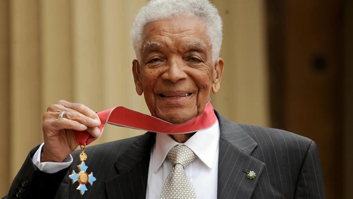 Earl Cameron wurde im Mai 2009 mit dem Orden Commander of the Most Excellent Order of the British Empire ausgezeichnet WPA Pool/ Getty Images