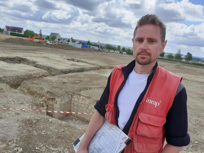 L'archéologue de l'INRAP Benoît Labbey a dirigé les fouilles à Bretteville-sur-Odon, près de Caen (Calvados), ici devant un site atypique allemand de stockage de munitions. (Grégory Maucorps/Liberté le bonhomme libre)