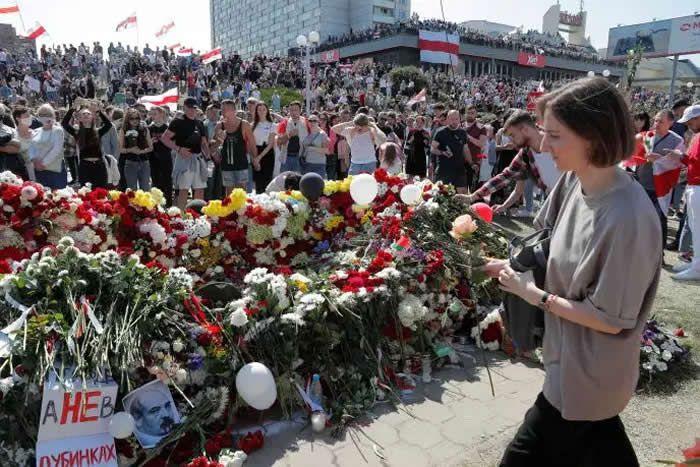 Des manifestants rendent hommage, samedi 15 août, à Alexandre Taraïkovski, sur la place où il a été tué lors des récentes manifestations contre la réélection controversée du président Alexandre Loukachenko VASILY FEDOSENKO / REUTERS