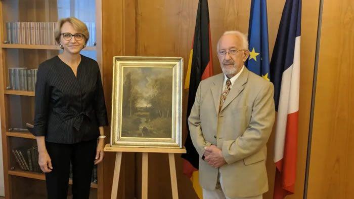 Peter Forner, et l'Ambassadrice de France en Allemagne, Anne-Marie Descôtes entourent le tableau de Nicolas Rousseau - Ambassade de France en Allemagne