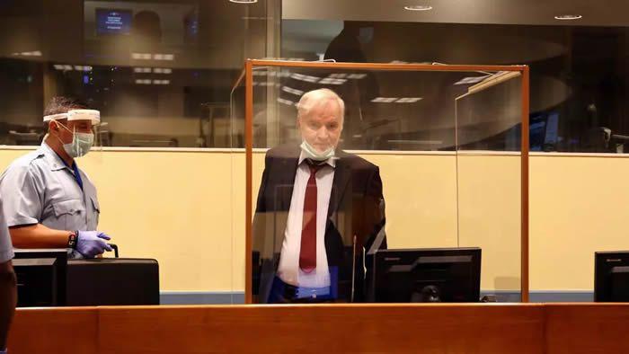 L'ancien chef militaire des Serbes de Bosnie, Ratko Mladic, devant la justice internationale, à La Haye, le 25 août 2020. © Leslie Hondebrink-Hermer/MTPI via Reuters