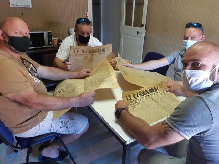 L'association a travaillé tout un après-midi sur les archives du journal datant de 1945. Ici, les membres du bureau, de gauche à droite : Thierry Martin, Dimitri Auguste, Benjamin Martin et Cédric Auguste. (©Le Courrier de l'Eure – SA)