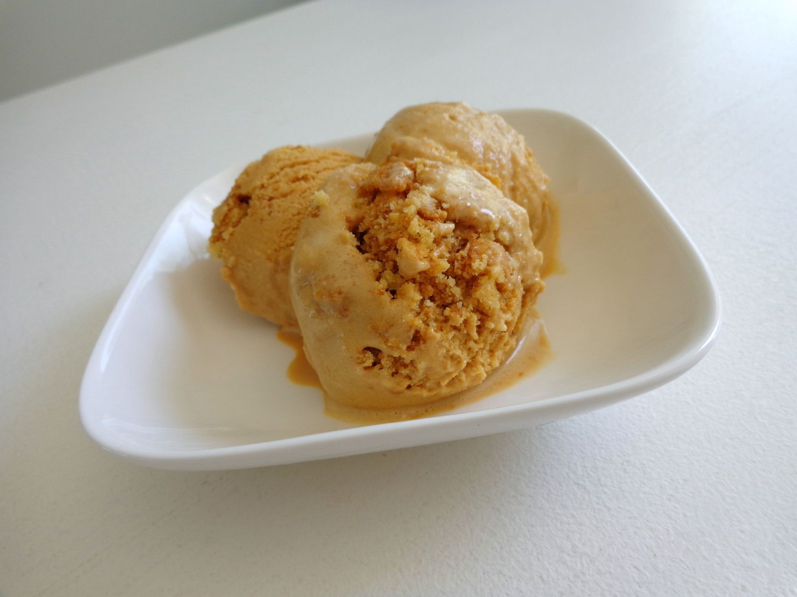 Glace au caramel au beurre salé, brisures de sablés