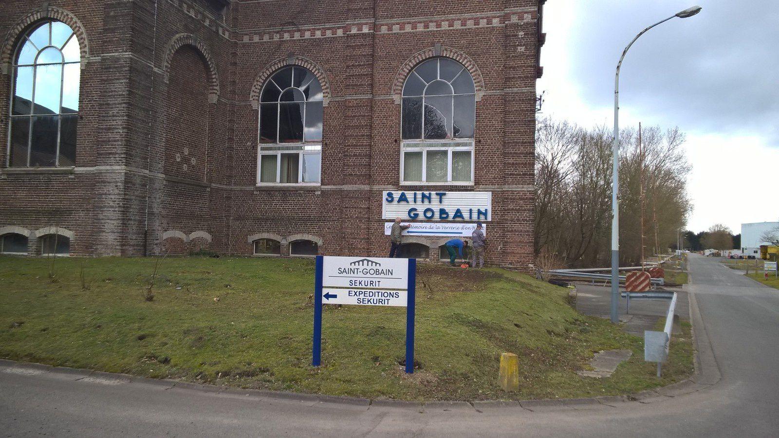 Mise en place d'un panneau de signalisation du Centre de Mémoire