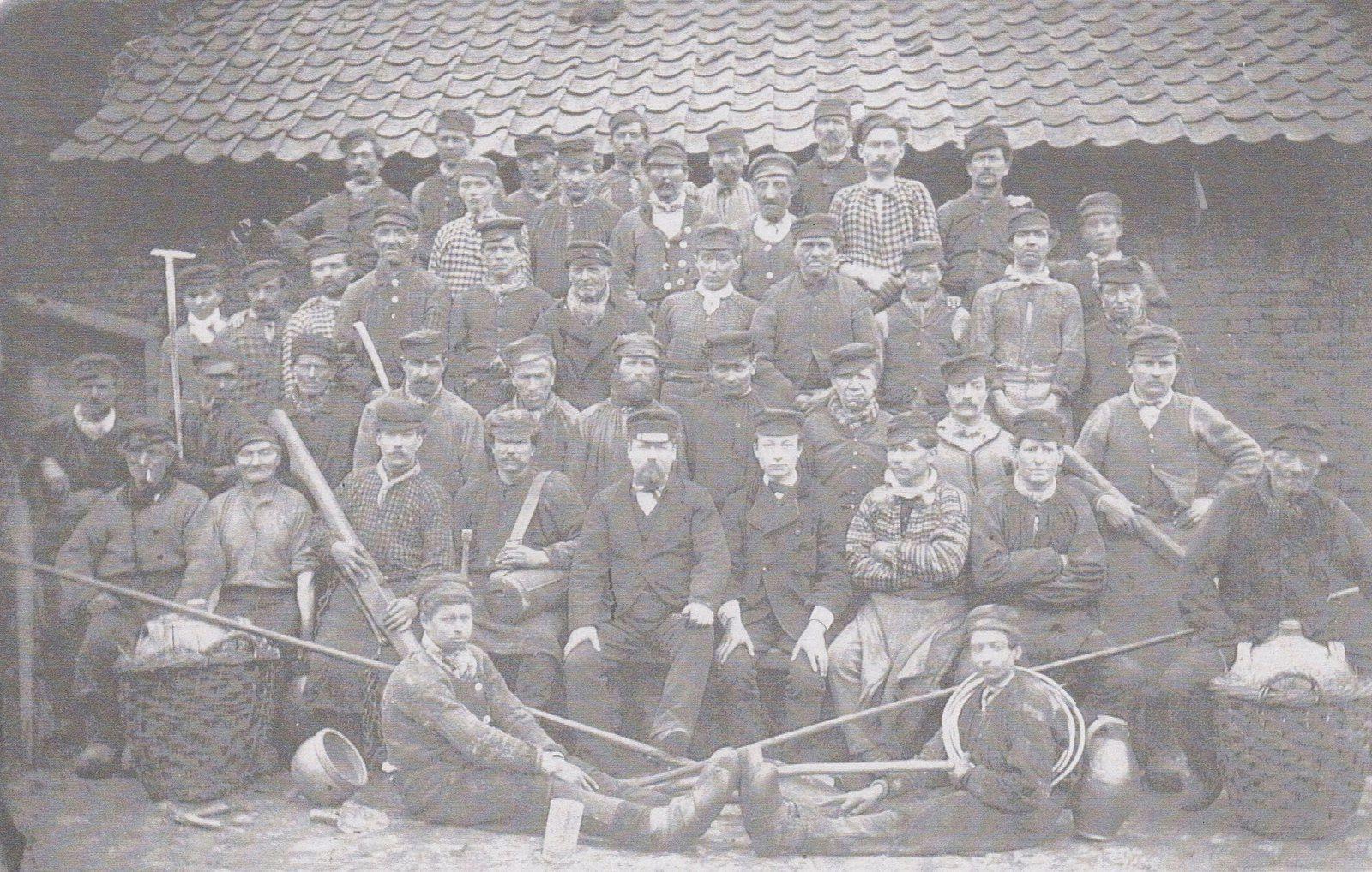 1881, la majorité des ouvriers de la Verrerie d'en Haut avaient fait le choix de porter la DESFOUX , dit la Deffe : casquette à 3 ponts  du célèbre chapelier parisien Desfoux