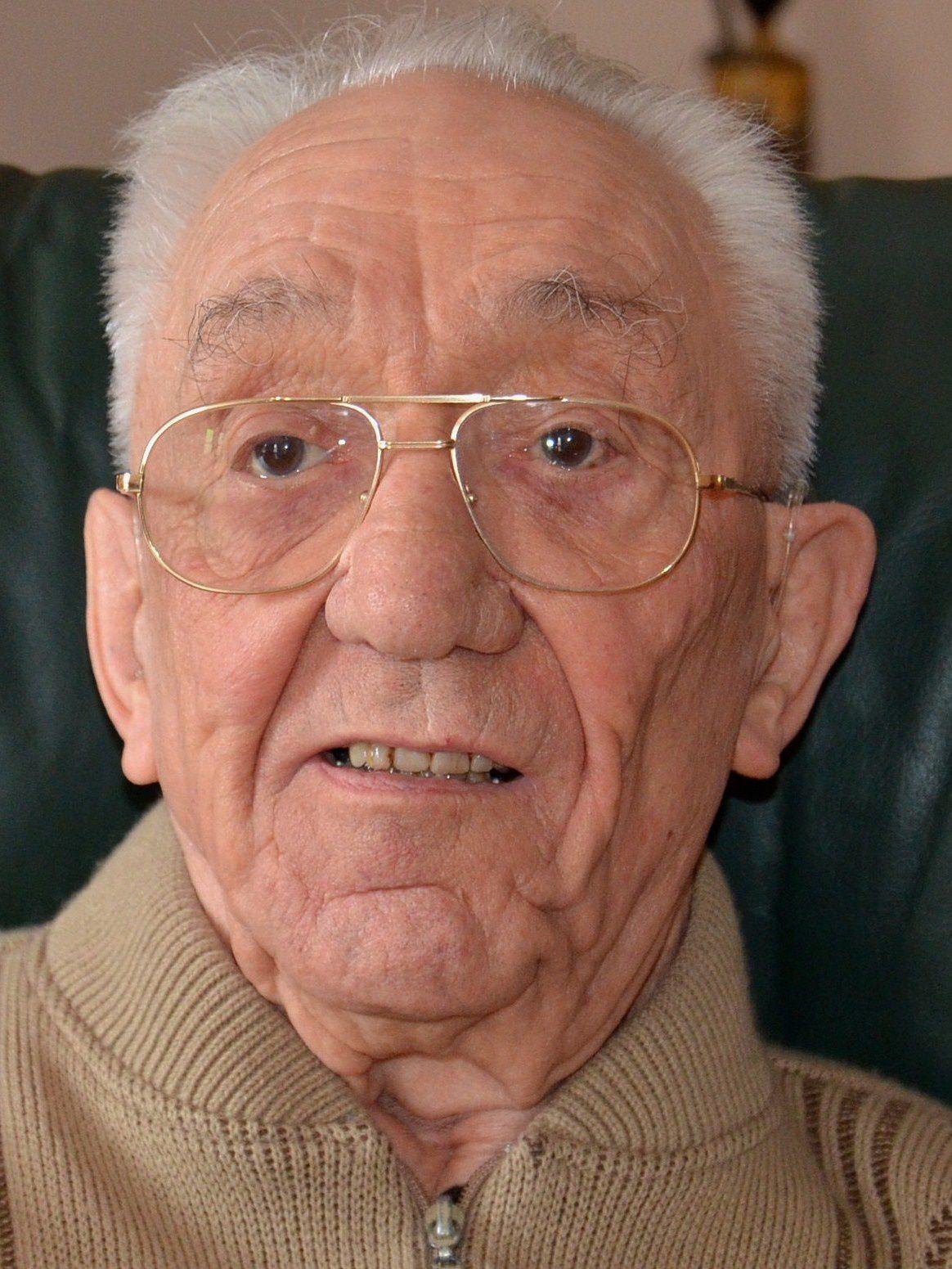Né en 1921, entré à la société en 1945, Cyprien DUPRAZ s'était retiré à Mercurey en 1979, puis à Gradignan (33) en 2007