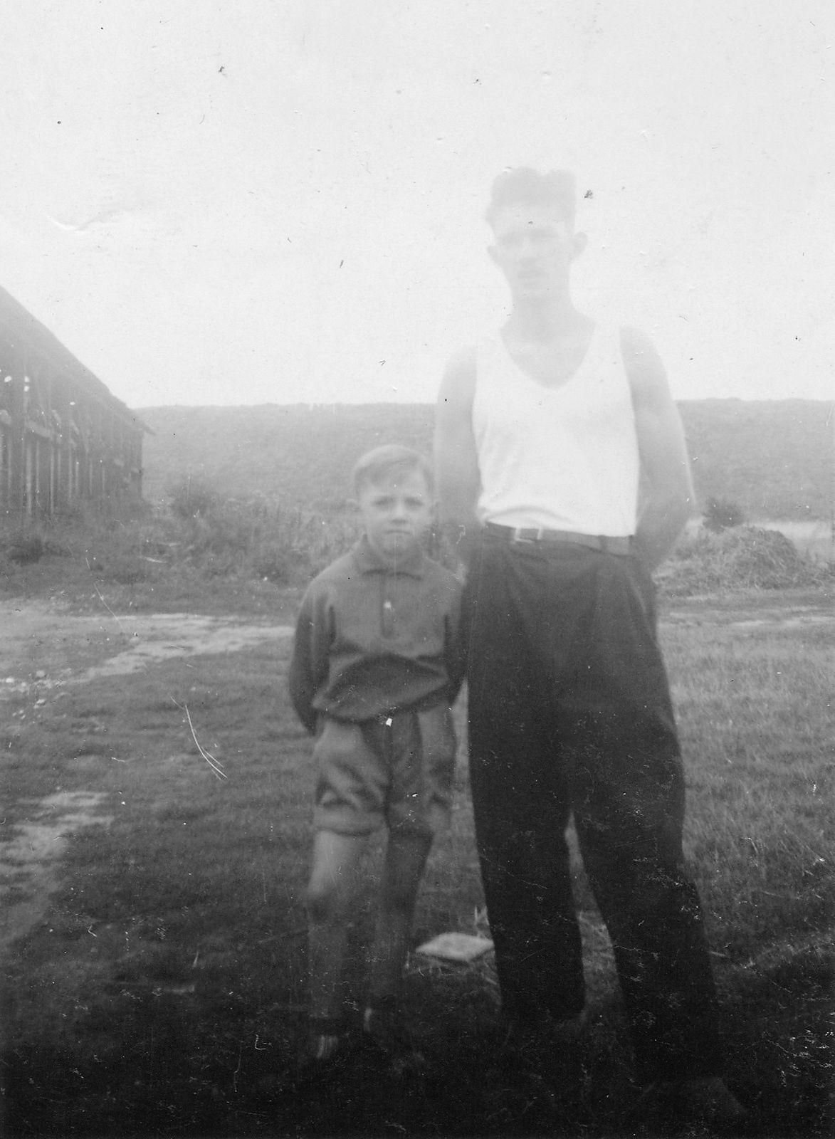 La briqueterie de la verrerie d'en haut , et le bassin rond (furtivement) fin des années 50.