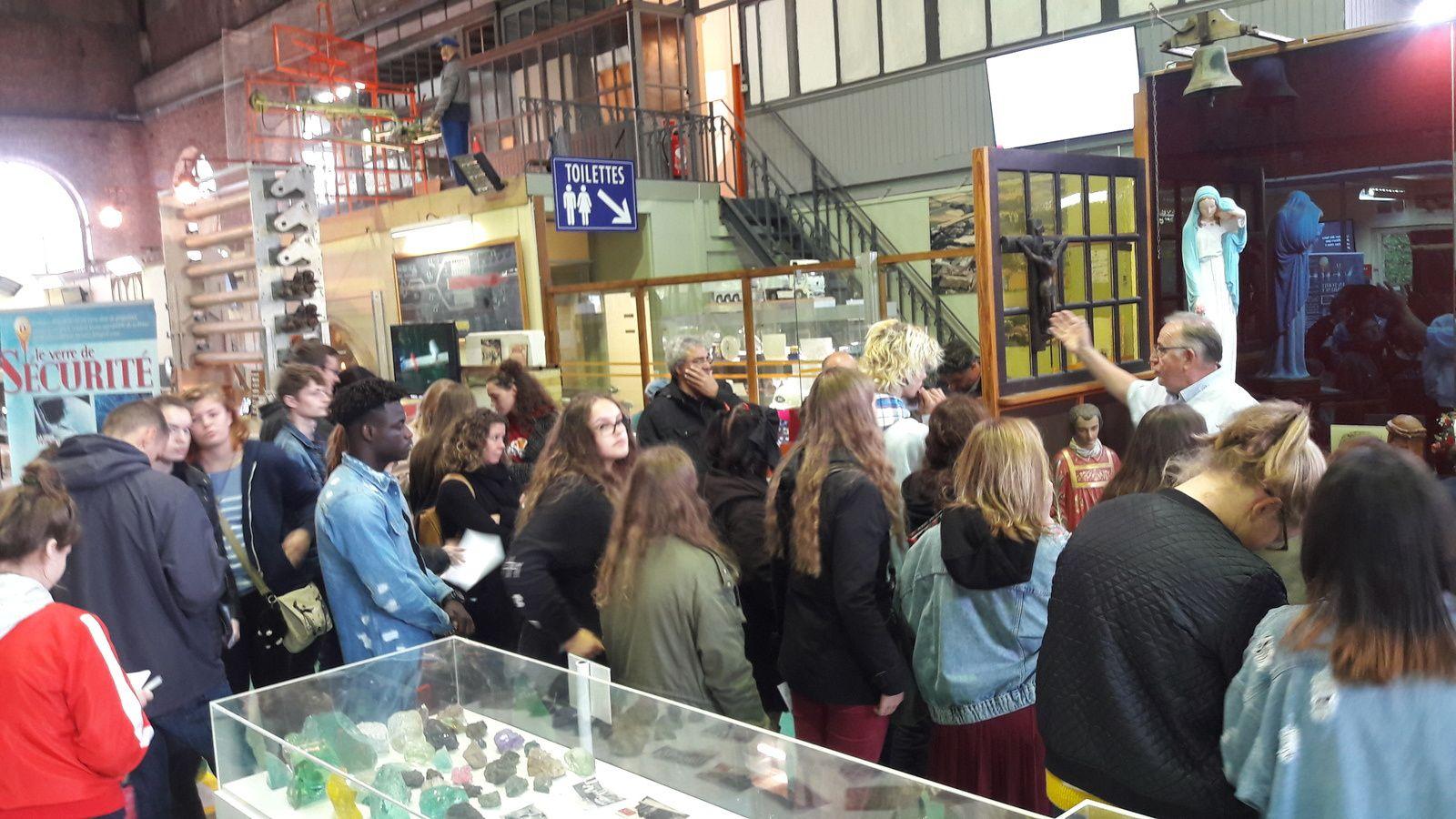 une cinquantaine d'élèves du LP Le Corbusier sont venus de Tourcoing visiter le Centre de Mémoire  Élèves se préparant aux métiers de décorateur sur verre