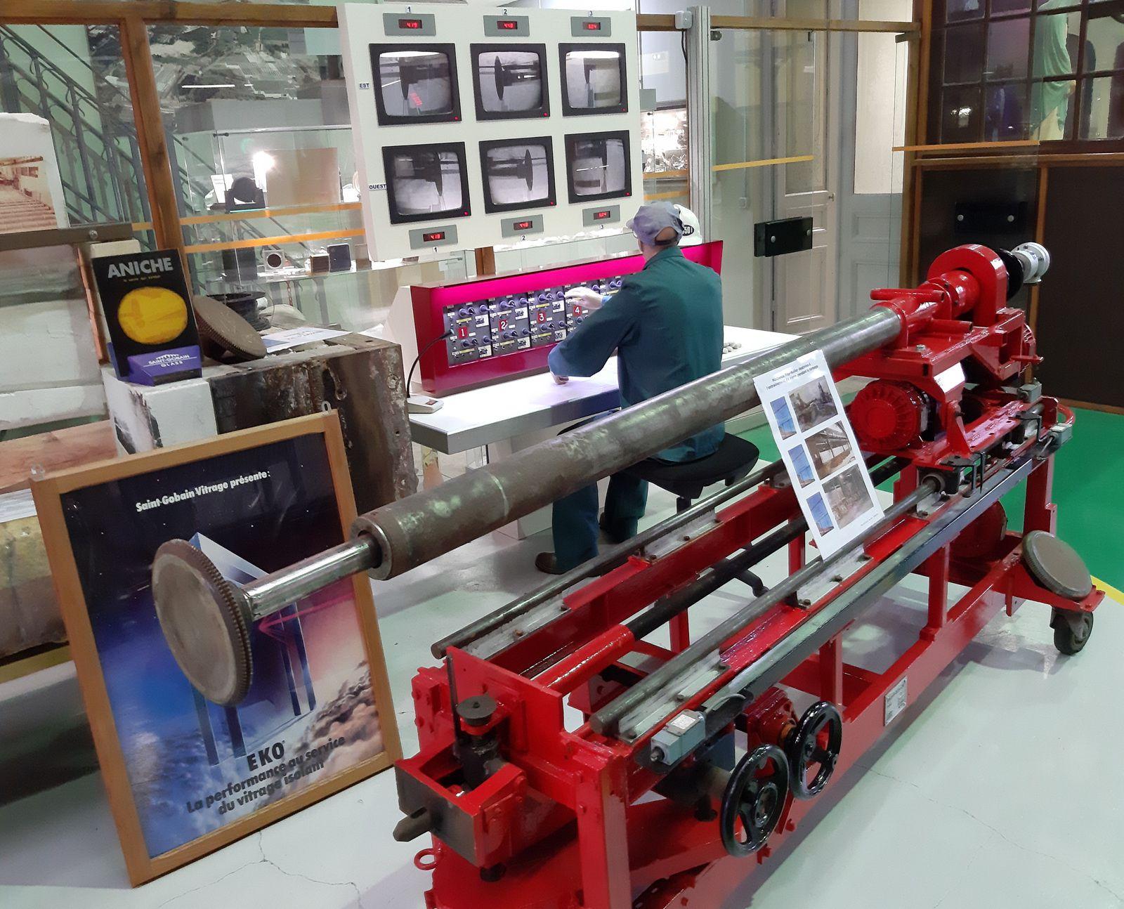 Notre collègue et ami Michel Bayard a terminé la reconstitution d'un poste de travail , avec machine Top Roller, de 1977. A voir tous les mercredis après-midi au Centre de Mémoire de la Verrerie d'en Haut à Aniche. BRAVO Michel !