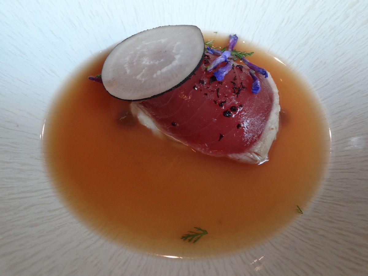 Thon rouge, bouillon thaï et céleri fermenté