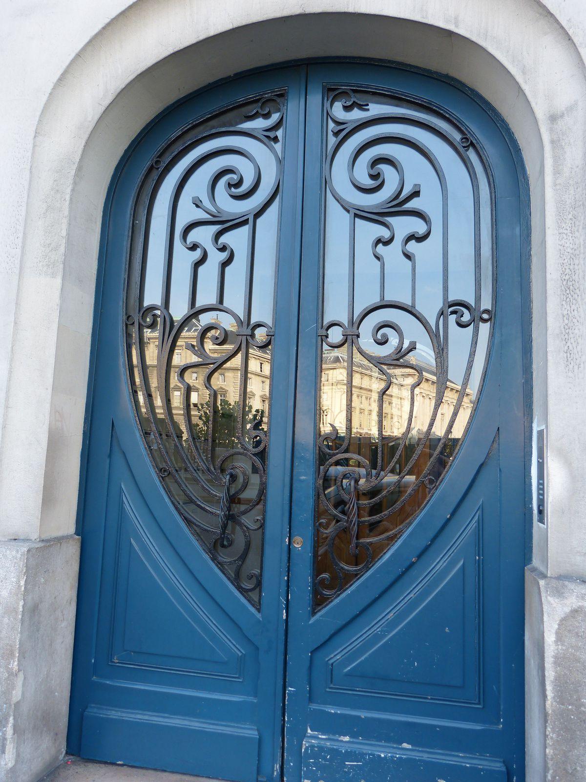 remerciements aux employés de ce haut lieu des nuits parisiennes de m'avoir laissé entrer..........