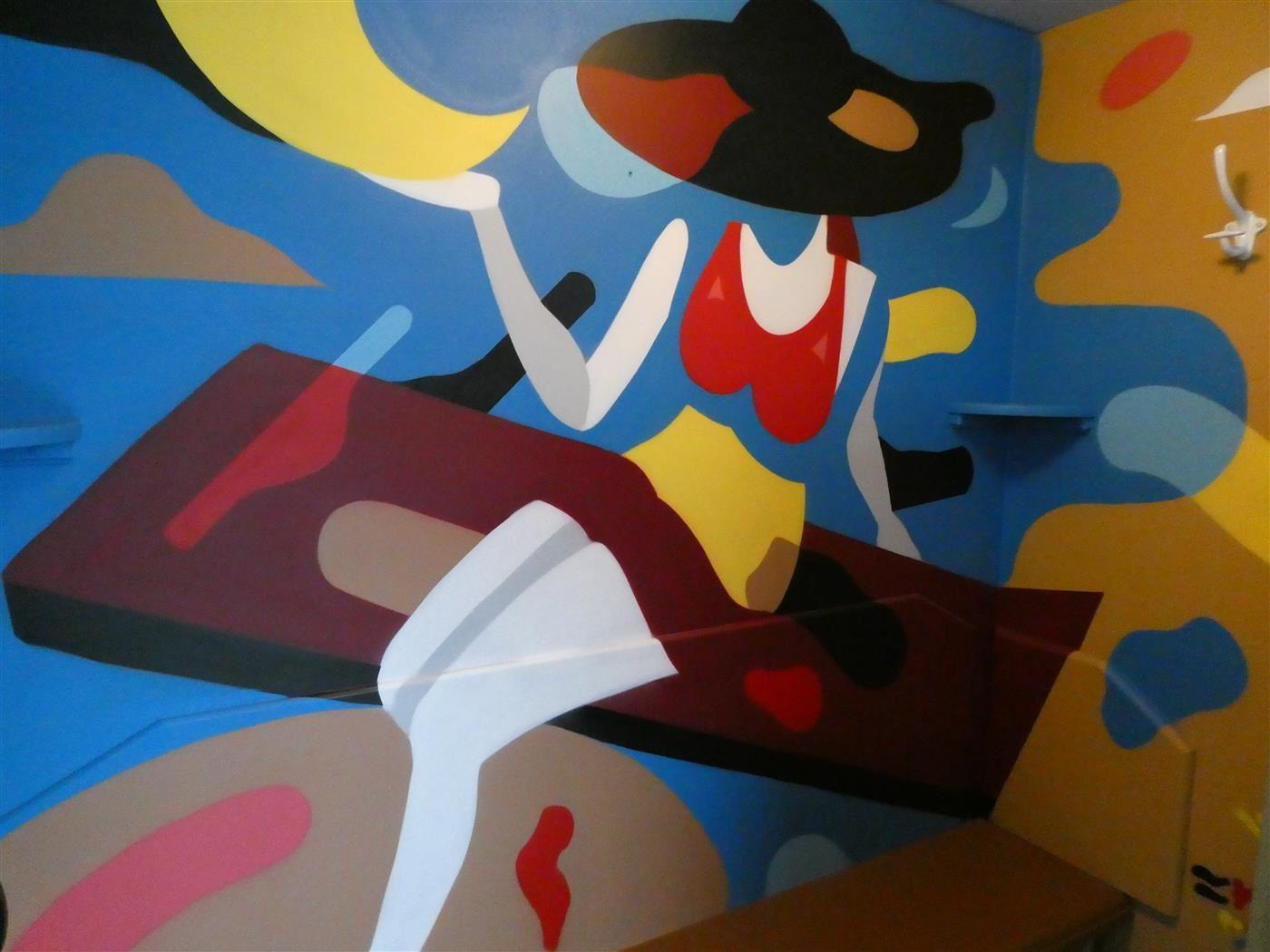 une piscine style art déco avec des cabines décorées par des artistes de street art....