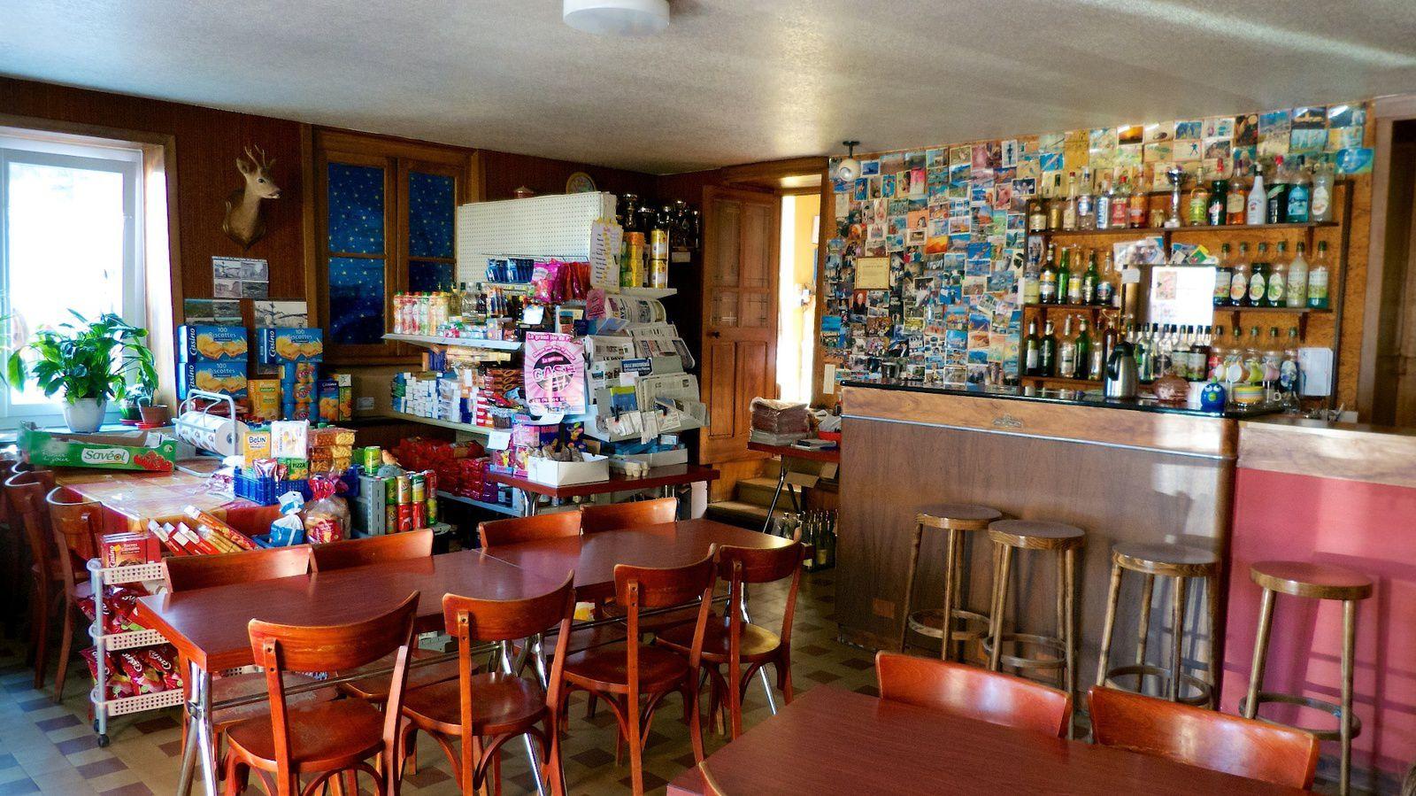 St Clément Les Places Bar épicerie. Rare pour être signalé.