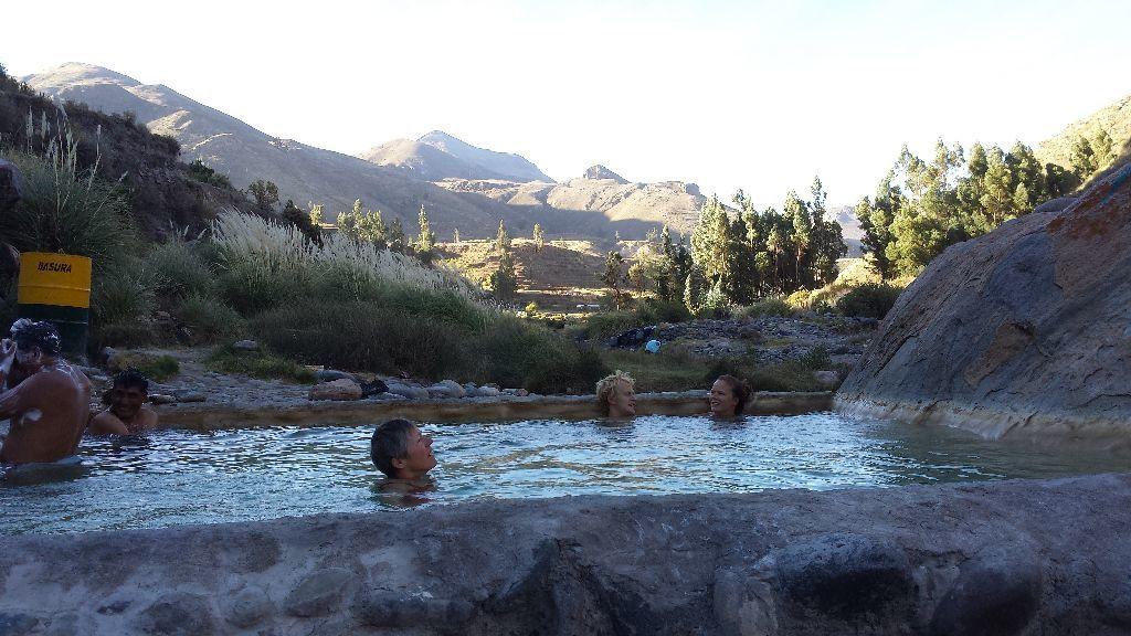 Source chaude au Pérou en 2014 (regardez à gauche de la photo)