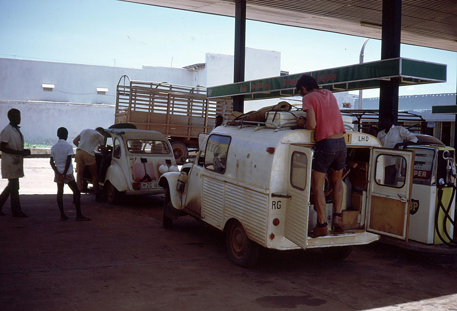 130 litres d'essence dans chaque 2CV , nous arriverons au bout des 1500 km avec quelques litres d'essence dans nos réservoirs
