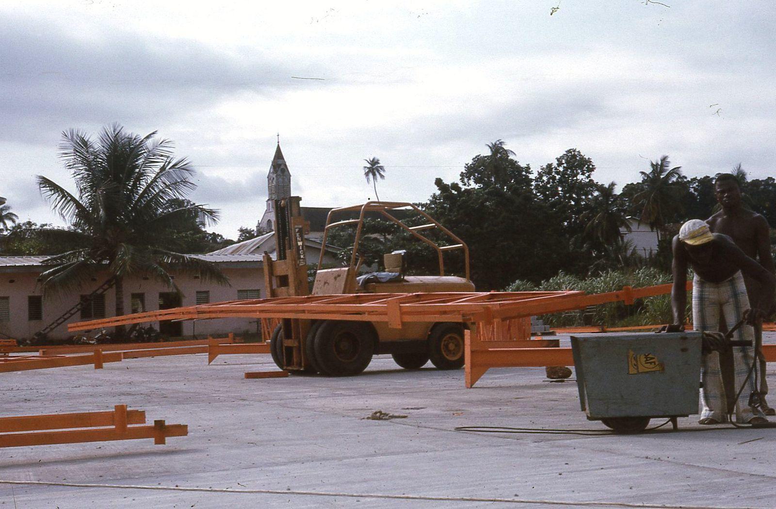 Libreville 1972 : montage de notre premier grand hangar.