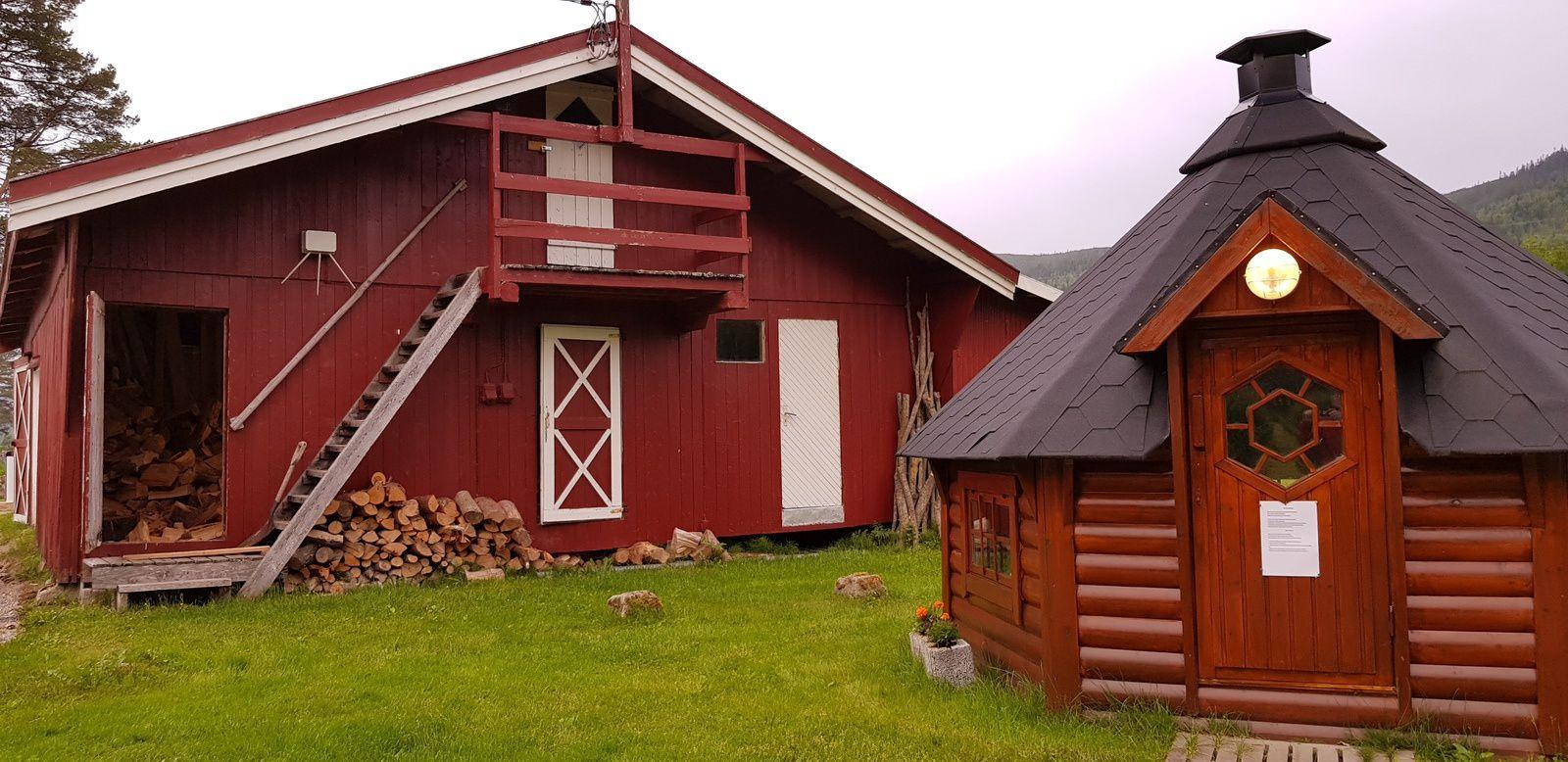 À droite la petite maison hexagonale