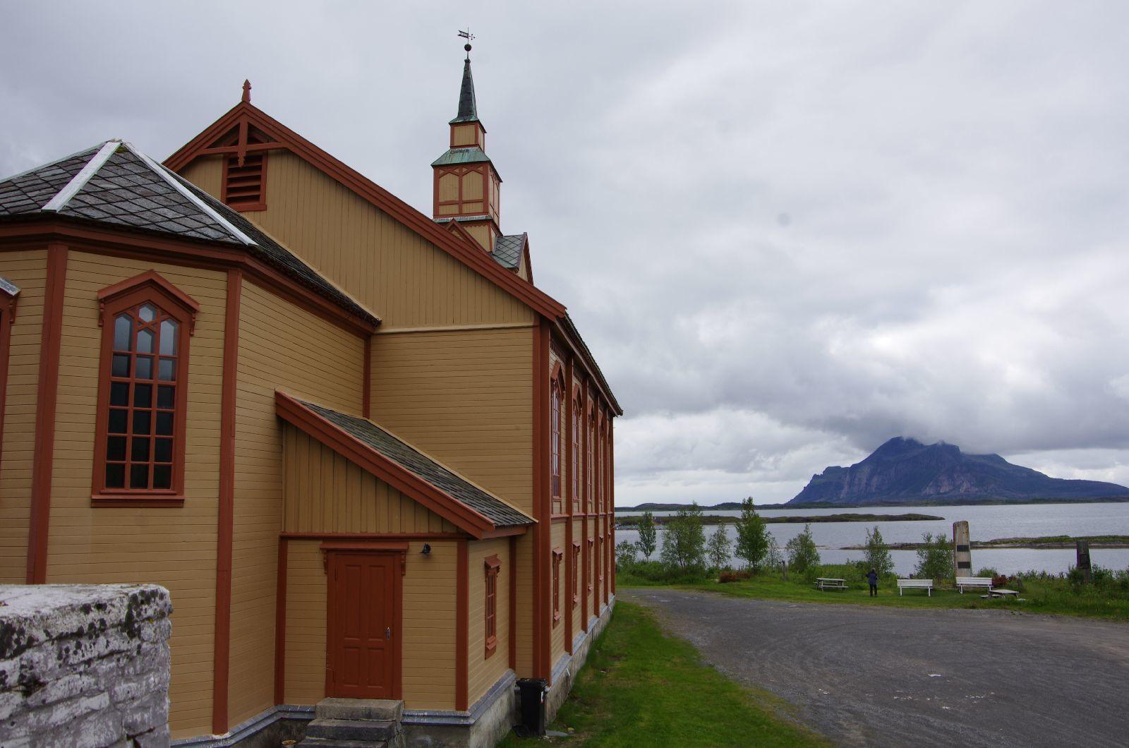 Une église toute seule au bord de la mer