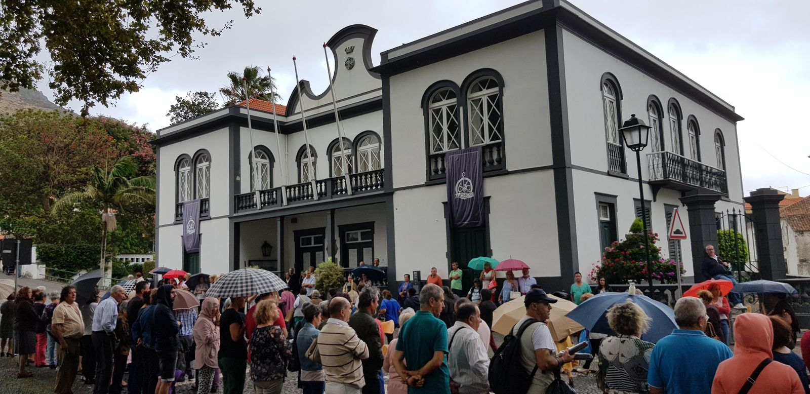 Malgré la pluie , la procession continue