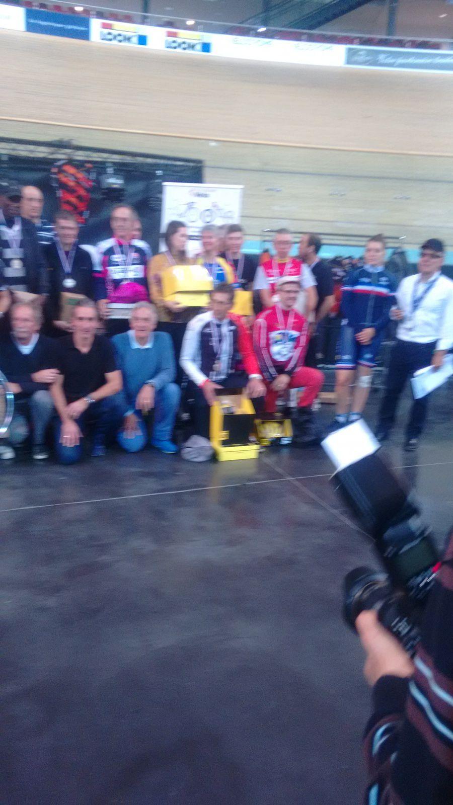 Les récompensés du challenge avec Jean-Pierre Fauveau, Guy Dauphin l'organisateur et les différents partenaires. Désolé pour la qualité de la photo