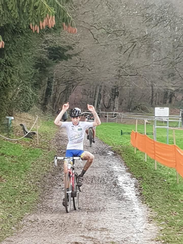 Victoire de Maximin Toutay (C'Chartres Cyclisme) au cyclo-cross juniors d'Onzain (41)