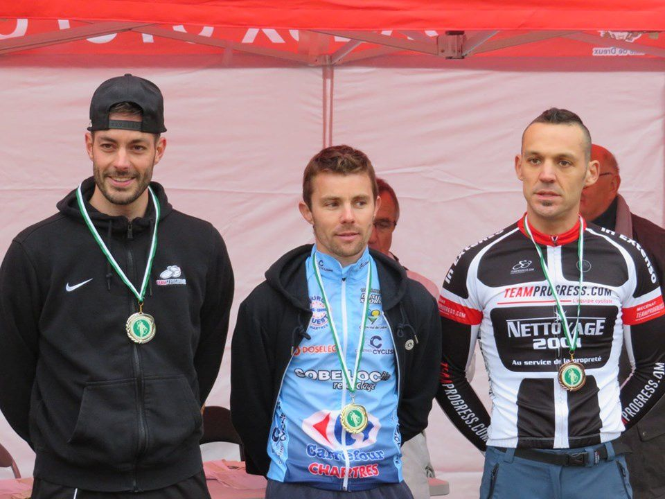 Podium 28 seniors : 1er Vincent Limoges (CCC), 2ème Denis Lassalle (Team progress) et 3ème William Grialou (Team Progress)