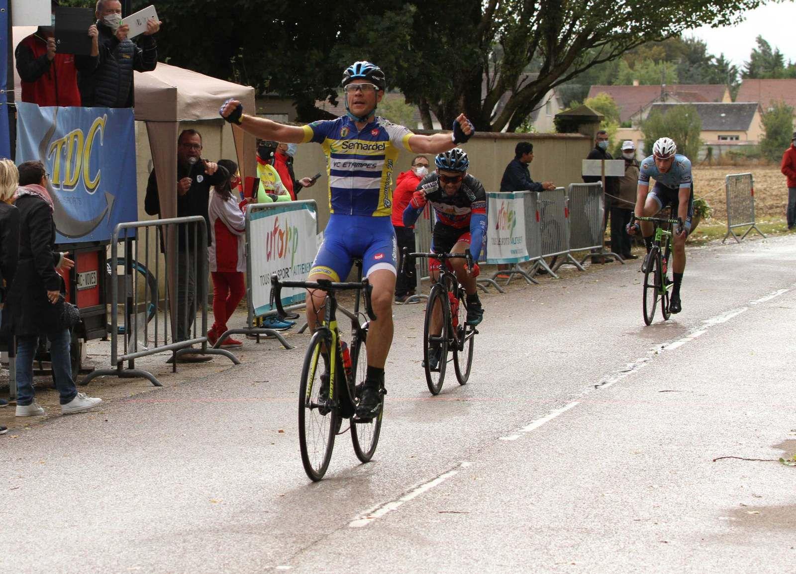 En 1, victoire de Julien Amblat (VC Etampes)