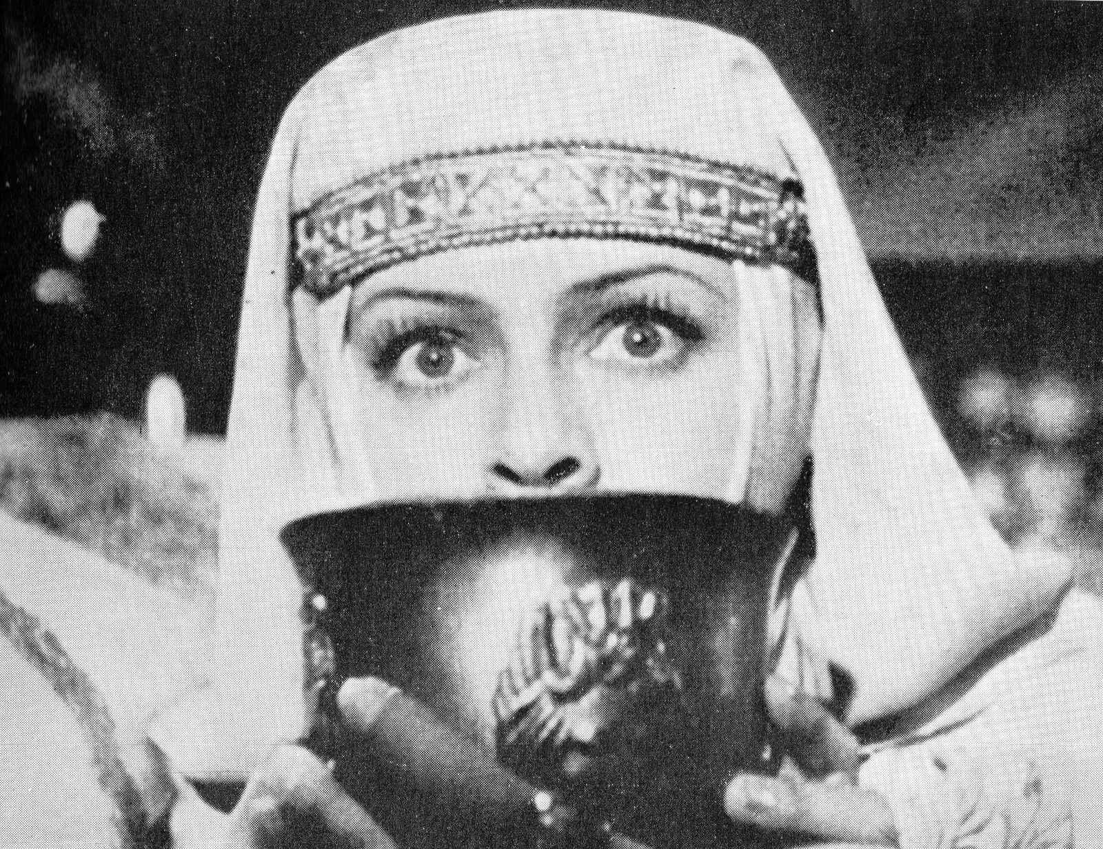 Ludmila Tzelikovskaïa dans Ivan le Terrible (1943-46) de S.M. Eisenstein. Photo reproduite dans L'Avant-scène, n°51/52, juillet/septembre 1965, p. 49.