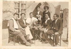 Rafael tend une photo et explique qui sont les personnages : debouts les patrons du café. Assis de gauche à droite le capitaine français, un espagnol de la compagnie, Luis, un autre espagnol de la compagnie et Rafael