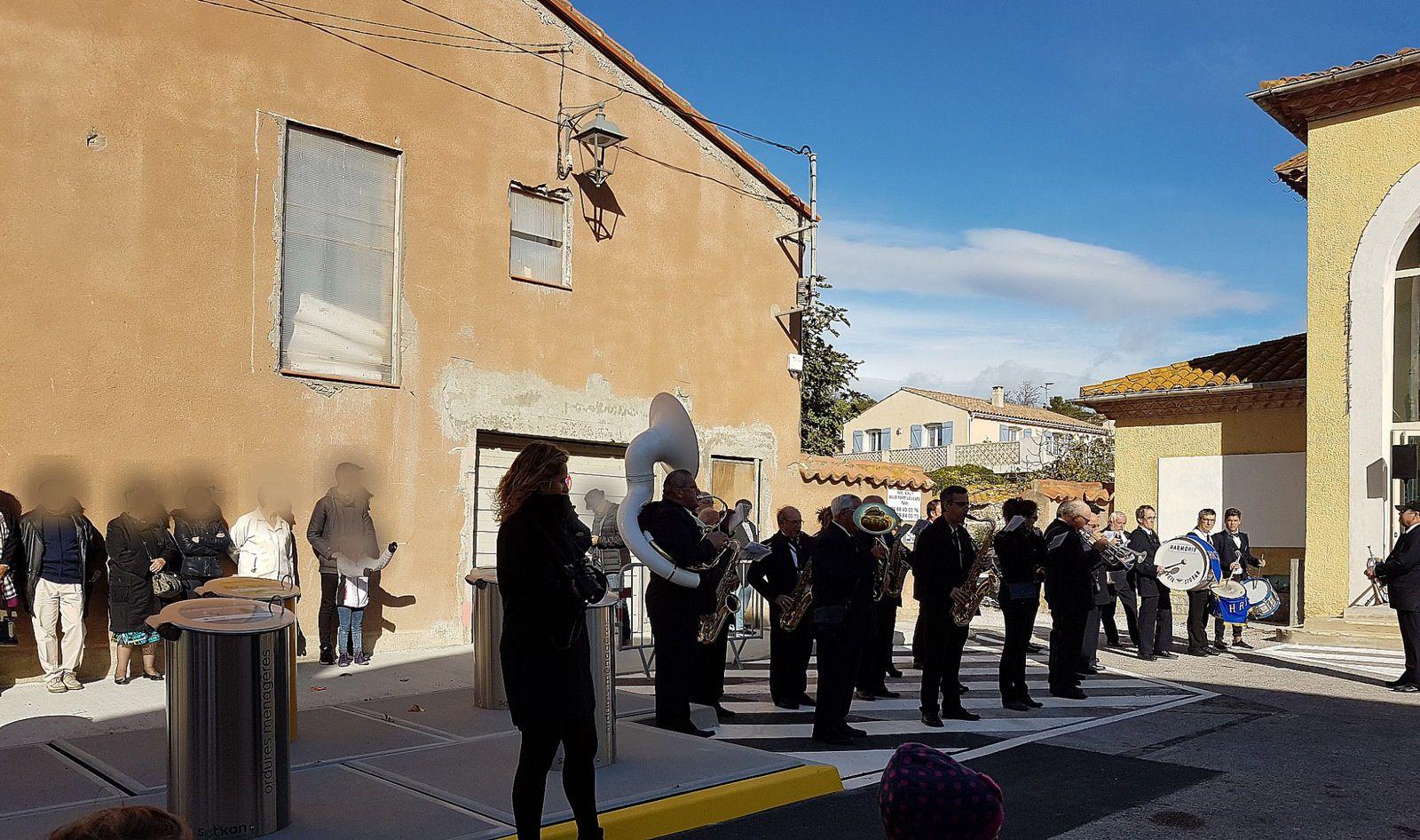 Des musiciens chanceux de se retrouver juste à côté des détritus...belle mise à l'honneur pour leur concert final, le 11 novembre dernier...
