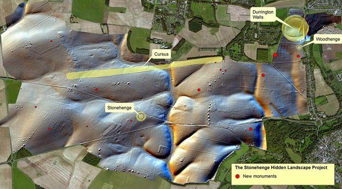 La carte publiée l'année dernière concernant les nouveaux monuments (points rouges) découverts sous le sol. En haut à droite, Durrington Walls. Image: University of Birmingham/The Stonehenge Hidden Landscape Project