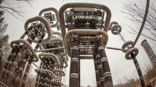 « High Voltage Marx and Tesla Generators Research Facility » (Centre de Recherche des Générateurs Tesla et Marx à Haut Voltage). L'appareillage de test, qui fait partie de l'Université d'ingénierie électrique de Moscou, se trouve dans la paisible ville d'Istra, à 40 km à l'ouest de Moscou.