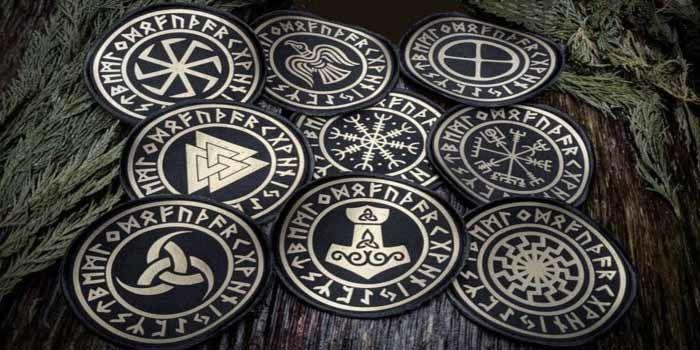 """Le gouvernement suédois veut interdire les anciens symboles runiques Vikings, affirmant qu'ils """"constituent une incitation à la haine"""""""