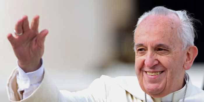 Le « Pape » dit que ceux qui se défendent ne sont pas chrétiens, et exhorte les enfants à construire un « village global »