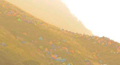 Symbole du sauveur : les tentes dans la montagne multicolore
