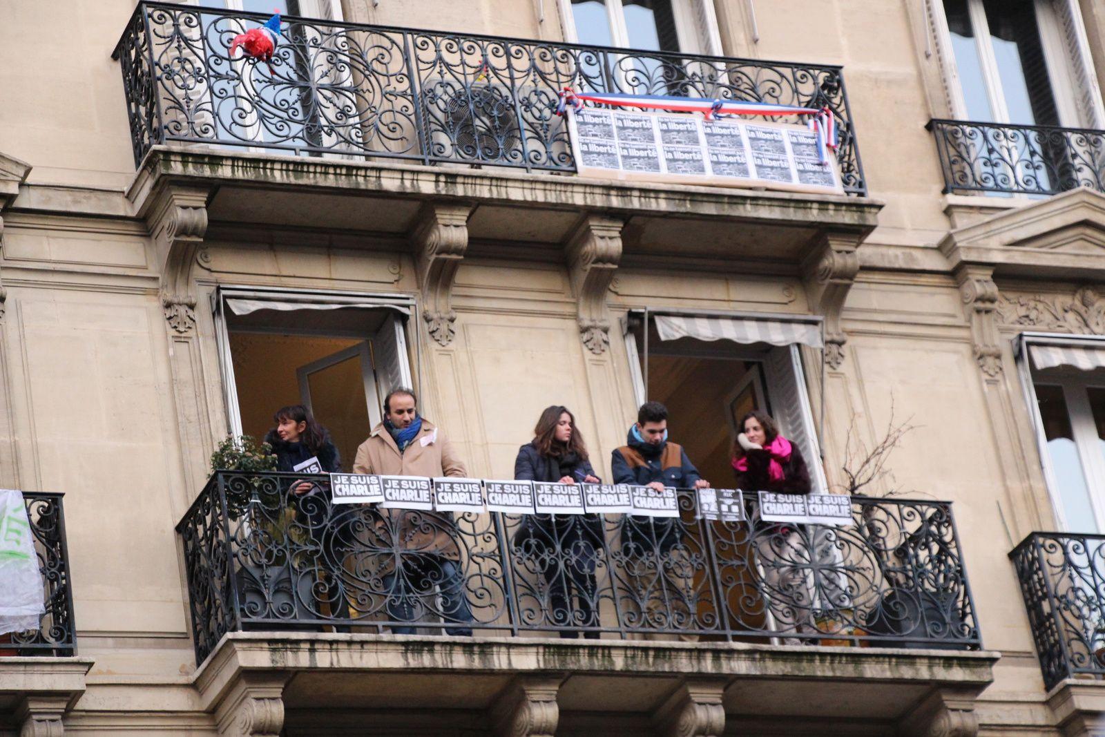 Un crayon à la main, debout, face à la barbarie, nous avons participé ce dimanche 11 janvier 2015, en famille, au rassemblement contre la tragédie vécue à Charlie Hebdo et tous les dramatiques événements qui en ont découlé.